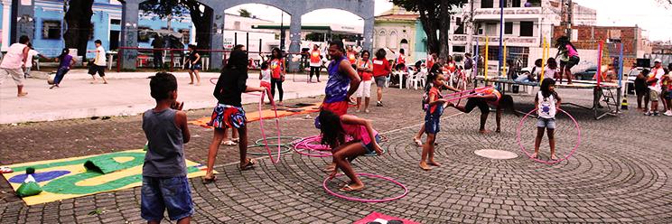 Crianças brincam na cidade