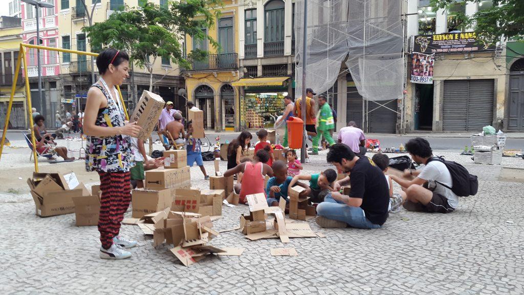 Crianças brincam na praça