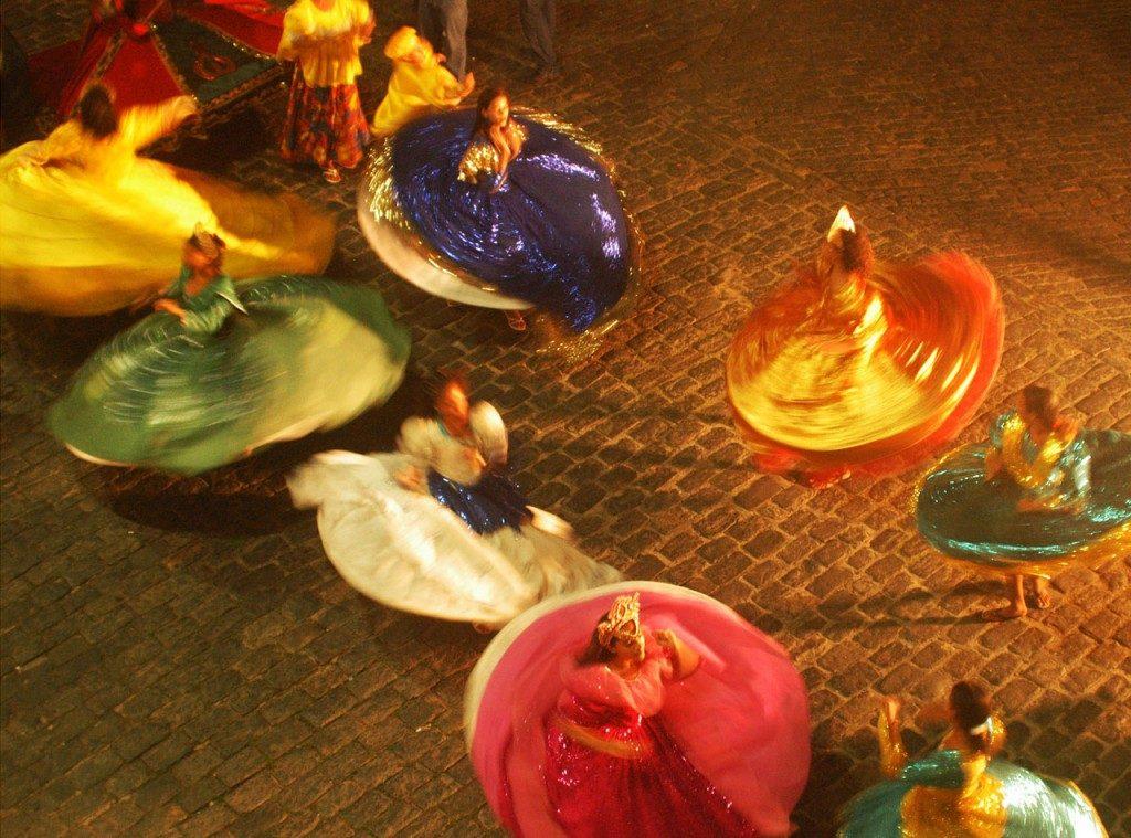 Mulheres dançando em Olinda
