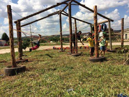 Parquinho construído pelo movimento Escola na Rua em São Sebastião.