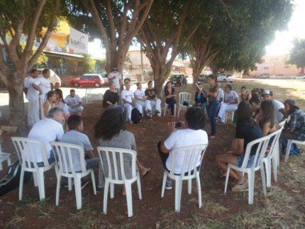 Debate em praça pública convida comunidade, estudantes e professores a pensarem em novos espaços educativos.