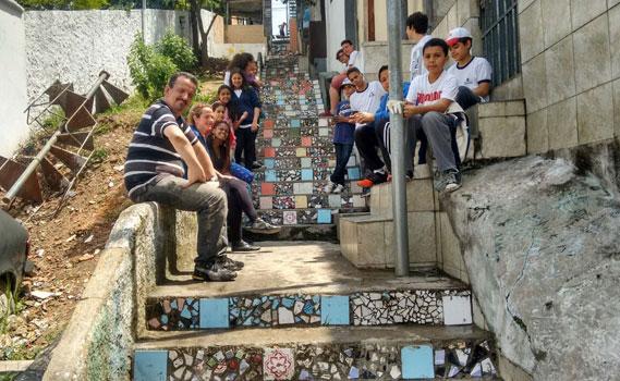 Estudantes fizeram mosaicos em uma escadão abandonado.