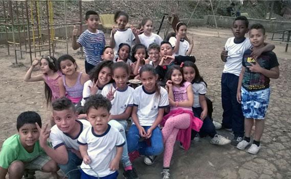 Crianças participam de atividade em praça no bairro que foi alvo de ação do projeto.