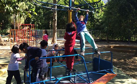 Crianças se divertem no gira-gira.