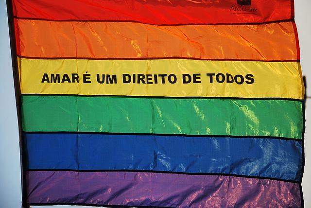 """Bandeira com escrito: """"Amar é um direito de todos"""""""