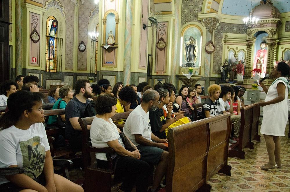 Conversa dentro da Igreja Nossa Senhora do Rosário dos Homens Pretos, no largo do Paissandú, São Paulo.