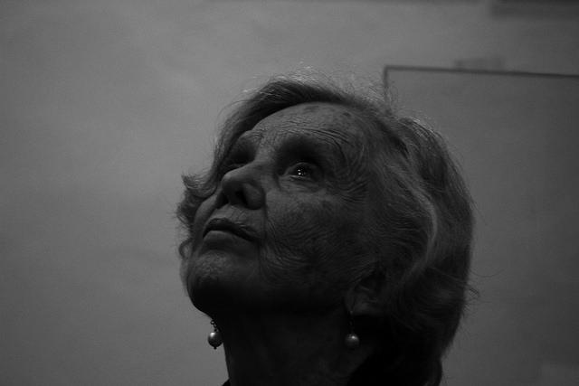 escritora elena poniatowska olha para o alto em foto preto e branco