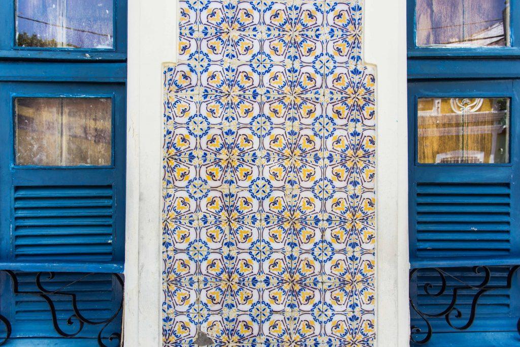 janelas azuis e azulejos