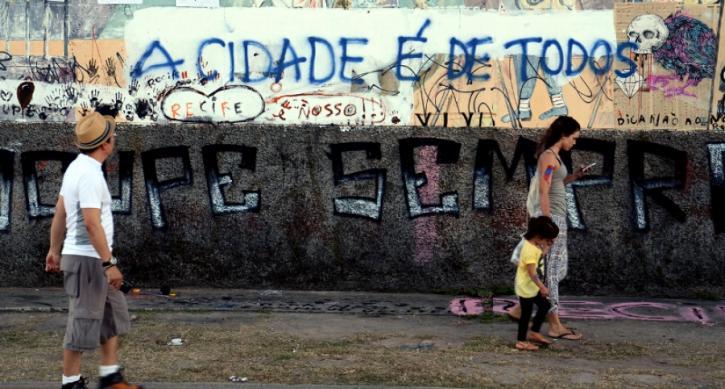"""pichação """"a cidade é para todos"""" em um muro da cidade"""