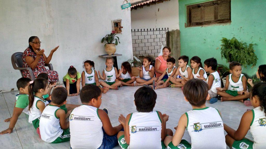 crianças escutam contação de história em roda de conversa