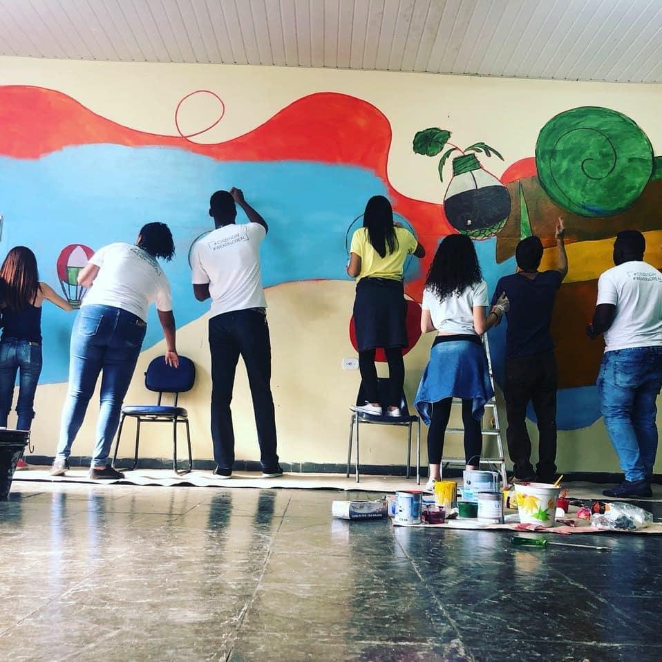 voluntários pintam paredes da organização liga solidária