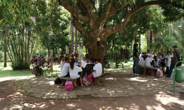 crianças tem aula de poesia numa praça em belo horizonte