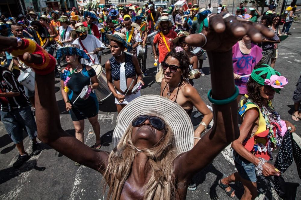 pessoas aproveitam carnaval de rua em são paulo