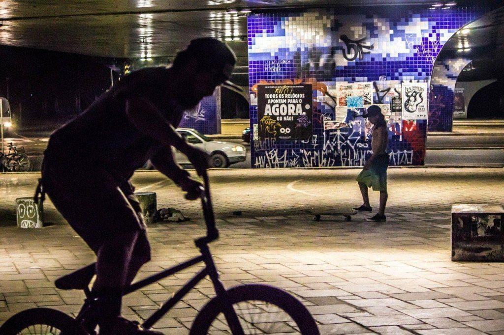 ciclista anda em porto alegre de noite