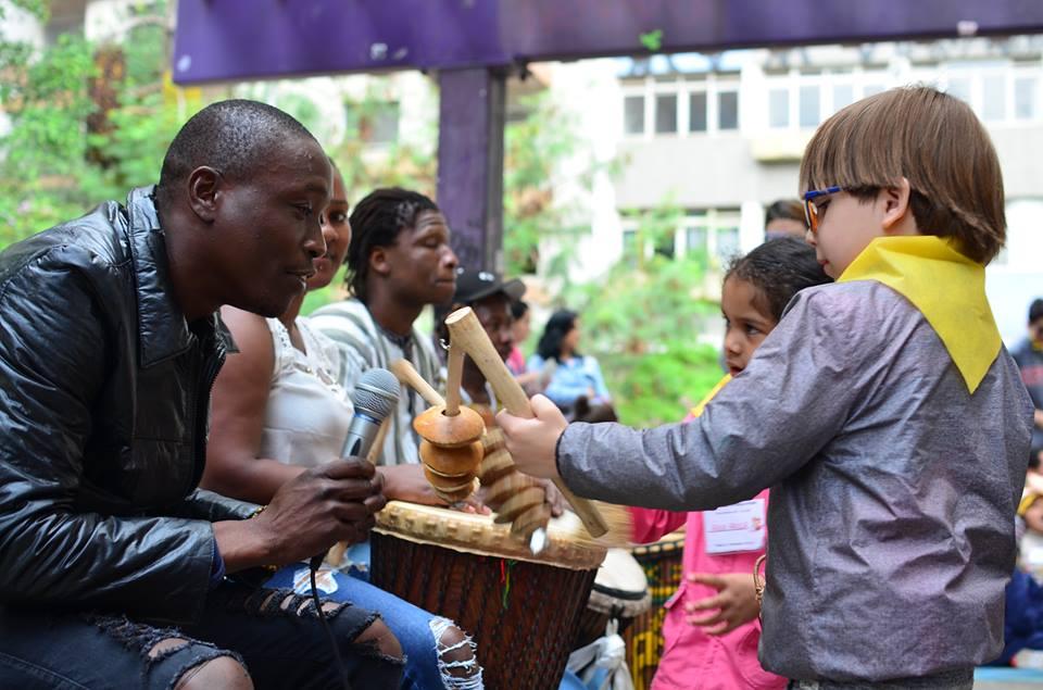 música da guiné-bissau toca instrumentos com crianças