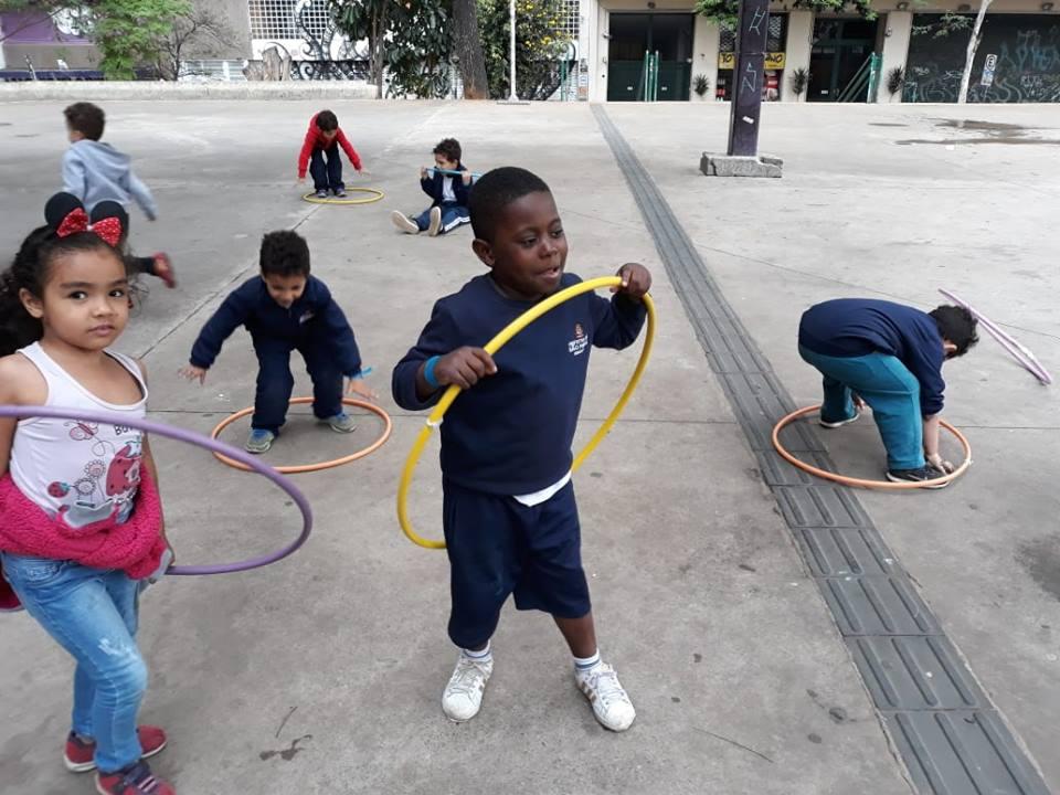 crianças brincam de bambolê na praça roosevelt