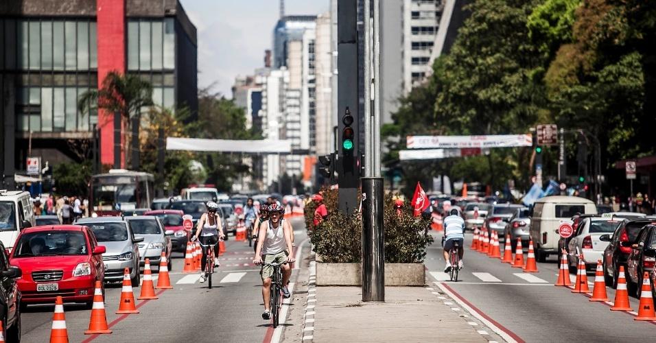 foto de ciclista na ciclofaixa da avenida paulista
