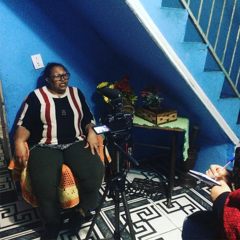 dona lourdes sendo entrevistada