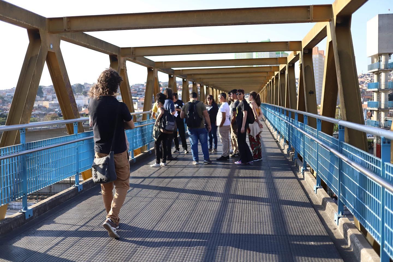 pessoas andando em cima de ponte na zona leste