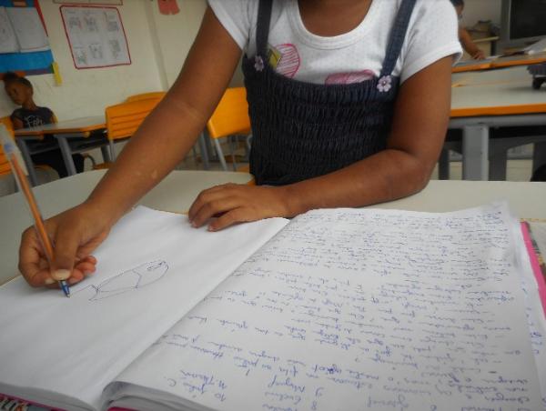 criança desenhando cadernos
