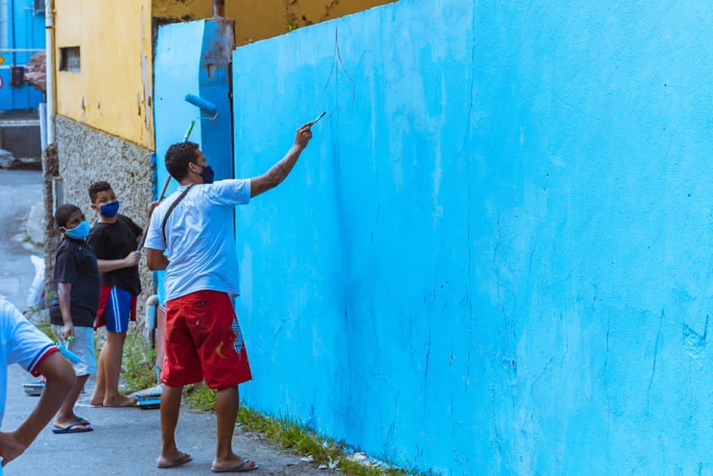 o grafiteiro fel pintando um muro